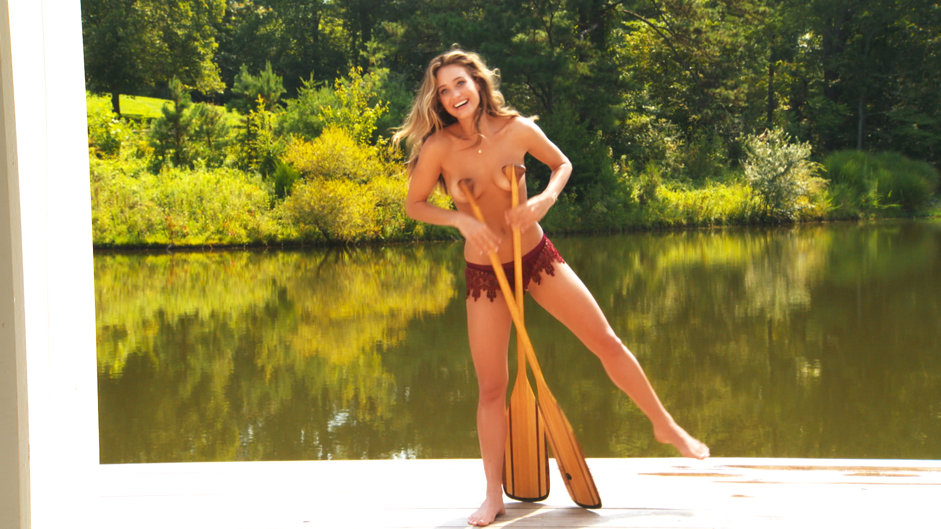 See Hannah Davis' clumsiness in action during her 2015 outtakes!